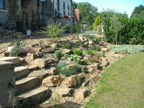 Garden styles peace love and landscaping for Rockery garden designs